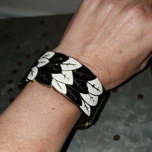 Jewelry - Sz Average Enamel wide hinged bangle bracelet